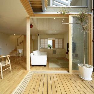 名古屋のモダンスタイルのおしゃれな中庭のテラス (デッキ材舗装、張り出し屋根) の写真
