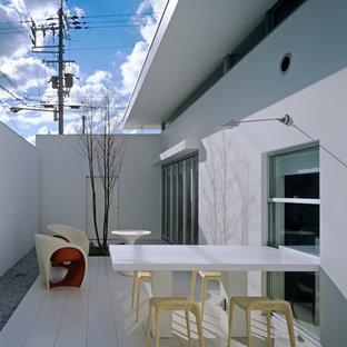 大阪の中サイズのアジアンスタイルのおしゃれなテラス・中庭 (タイル敷き、張り出し屋根) の写真