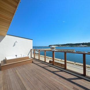 横浜のビーチスタイルのおしゃれなテラス・中庭 (デッキ材舗装、張り出し屋根) の写真