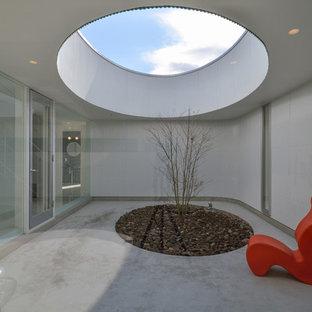 他の地域のモダンスタイルのおしゃれな中庭のテラス (張り出し屋根) の写真