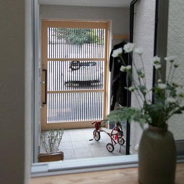 玄関引き戸は味わいのある木製建具です