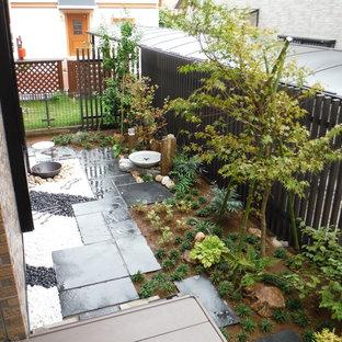 Foto di un patio o portico etnico dietro casa con un parasole