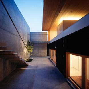 横浜のモダンスタイルの裏庭の画像 (張り出し屋根)