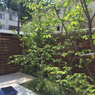 Foto di un patio o portico shabby-chic style in cortile con piastrelle e un parasole