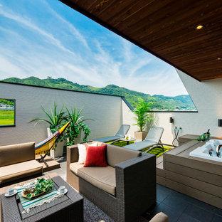 Idee per un patio o portico etnico con un tetto a sbalzo