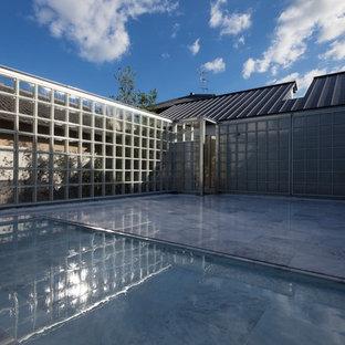 京都のモダンスタイルのおしゃれな中庭のテラス (噴水、タイル敷き、日よけなし) の写真