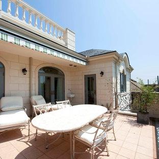 他の地域の巨大なトラディショナルスタイルのおしゃれなテラス・中庭 (張り出し屋根) の写真