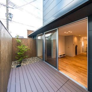 Foto di un piccolo patio o portico scandinavo nel cortile laterale con pedane e un tetto a sbalzo
