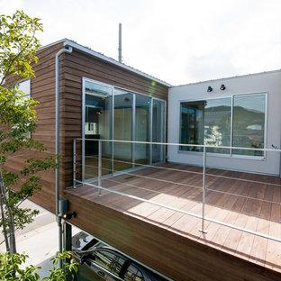 他の地域のミッドセンチュリースタイルのおしゃれな中庭のテラス (デッキ材舗装) の写真