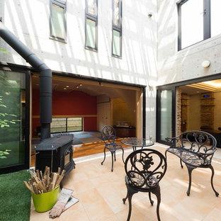 東京23区の大きいコンテンポラリースタイルのおしゃれな中庭のテラス (タイル敷き) の写真