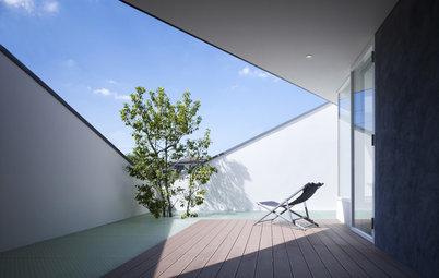 Houzzツアー:三角形の開口部から、陽光が降り注ぐテラスのある家