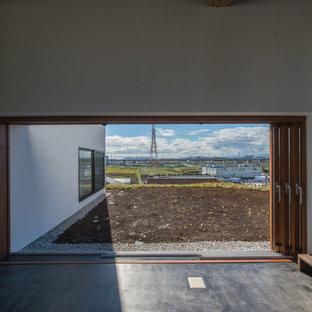 Ispirazione per un patio o portico etnico di medie dimensioni e davanti casa con ghiaia e un tetto a sbalzo