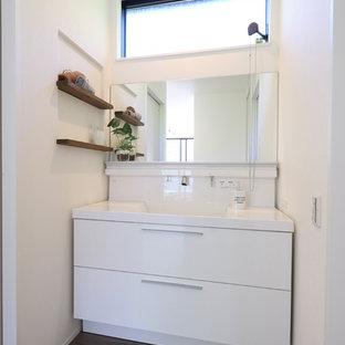 他の地域のモダンスタイルのおしゃれなトイレ・洗面所 (フラットパネル扉のキャビネット、白いキャビネット、白い壁、塗装フローリング、グレーの床) の写真