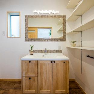 他の地域のアジアンスタイルのおしゃれなトイレ・洗面所 (モザイクタイル、磁器タイルの床、壁付け型シンク、茶色い床、落し込みパネル扉のキャビネット、中間色木目調キャビネット、白い壁) の写真