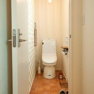 Идея дизайна: маленький туалет в восточном стиле с разноцветными стенами, полом из терракотовой плитки и коричневым полом