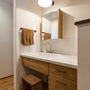 名古屋のエクレクティックスタイルのおしゃれなトイレ・洗面所 (家具調キャビネット、濃色木目調キャビネット、白いタイル、白い壁、濃色無垢フローリング、タイルの洗面台、茶色い床、白い洗面カウンター) の写真