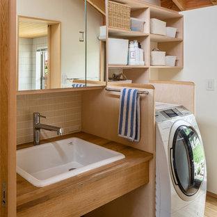 他の地域の北欧スタイルのおしゃれなトイレ・洗面所 (淡色木目調キャビネット、白い壁、淡色無垢フローリング、オーバーカウンターシンク、木製洗面台、茶色い床) の写真
