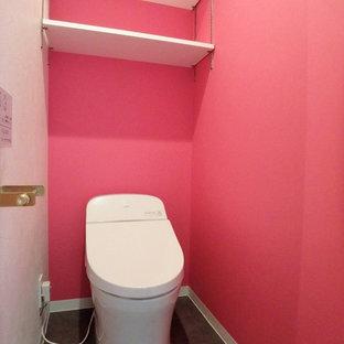 東京23区の中くらいのおしゃれなトイレ・洗面所 (ピンクのタイル、モザイクタイル、白い壁、セラミックタイルの床、茶色い床) の写真