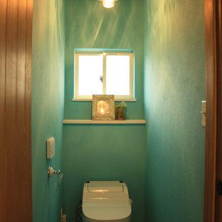 Foto de aseo costero con sanitario de una pieza, paredes azules y suelo de linóleo
