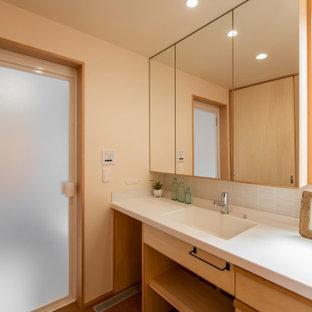Идея дизайна: туалет в скандинавском стиле с белой плиткой, пробковым полом, белой столешницей и обоями на стенах