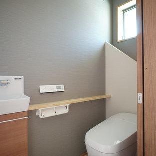 Идея дизайна: туалет в современном стиле с унитазом-моноблоком, серыми стенами, полом из винила и бежевым полом