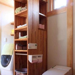 Esempio di un piccolo bagno di servizio etnico con ante in legno scuro, WC monopezzo, pareti bianche, pavimento in legno massello medio, lavabo da incasso, top in legno, pavimento arancione, top arancione, mobile bagno freestanding e soffitto in legno