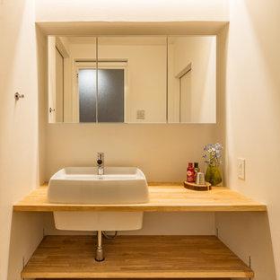 Idée de décoration pour un petit WC et toilettes minimaliste avec un placard sans porte, des portes de placard beiges, un mur blanc, un sol en bois brun, une vasque, un plan de toilette en bois, un sol beige, un plan de toilette beige, meuble-lavabo encastré, un plafond en lambris de bois et du lambris de bois.