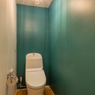 横浜の小さいモダンスタイルのおしゃれなトイレ・洗面所 (一体型トイレ、白い壁、無垢フローリング、ベッセル式洗面器、ベージュの床、塗装板張りの天井、塗装板張りの壁) の写真