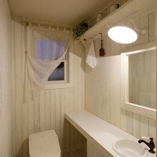 他の地域のカントリー風おしゃれなトイレ・洗面所 (白いキャビネット、白い壁、塗装フローリング、オーバーカウンターシンク、白い床) の写真