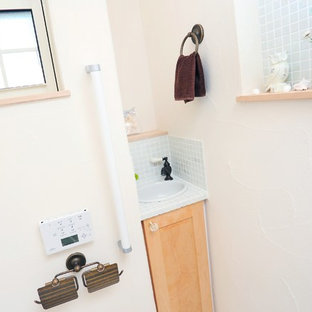 На фото: маленькие туалеты в стиле кантри с фасадами с декоративным кантом, светлыми деревянными фасадами, унитазом-моноблоком, белой плиткой, плиткой мозаикой, белыми стенами, полом из линолеума, накладной раковиной, столешницей из плитки и бежевым полом