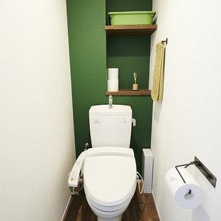 Идея дизайна: туалет среднего размера в современном стиле с белыми стенами, полом из фанеры, коричневым полом, открытыми фасадами, зелеными фасадами, унитазом-моноблоком, белой плиткой, плиткой мозаикой, врезной раковиной и белой столешницей
