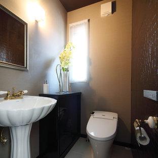 横浜の中くらいのトラディショナルスタイルのおしゃれなトイレ・洗面所 (家具調キャビネット、黒いキャビネット、一体型トイレ、茶色いタイル、セラミックタイル、ベージュの壁、セラミックタイルの床、ベッセル式洗面器、グレーの床) の写真