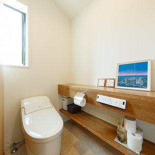 Пример оригинального дизайна: туалет в скандинавском стиле с открытыми фасадами, коричневыми фасадами, зелеными стенами, паркетным полом среднего тона и коричневым полом