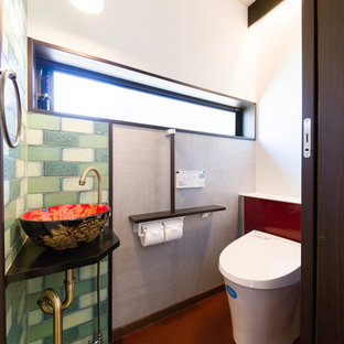 他の地域の和風のおしゃれなトイレ・洗面所 (白い壁、茶色い床、ベッセル式洗面器) の写真