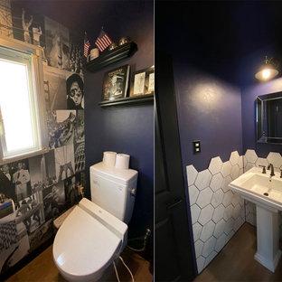 На фото: маленький туалет в современном стиле с белыми фасадами, писсуаром, белой плиткой, керамогранитной плиткой, синими стенами, консольной раковиной и напольной тумбой