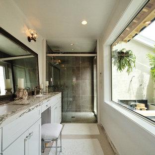 広いアジアンスタイルのおしゃれなトイレ・洗面所 (グレーの壁、磁器タイルの床、白いキャビネット、グレーのタイル、ベージュの床、グレーの洗面カウンター) の写真