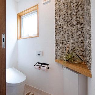 他の地域のモダンスタイルのおしゃれなトイレ・洗面所 (フラットパネル扉のキャビネット、白いキャビネット、白い壁、塗装フローリング、ベージュの床) の写真