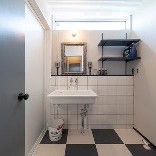 他の地域のインダストリアルスタイルのおしゃれなトイレ・洗面所 (白い壁、コンソール型シンク、マルチカラーの床) の写真
