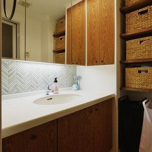 コンテンポラリースタイルのおしゃれなトイレ・洗面所 (オープンシェルフ、中間色木目調キャビネット、白い壁、テラコッタタイルの床、一体型シンク、オレンジの床) の写真