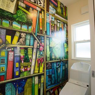他の地域のモダンスタイルのおしゃれなトイレ・洗面所 (マルチカラーの壁、白い床) の写真