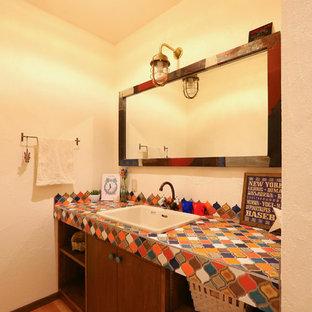Immagine di un bagno di servizio boho chic con piastrelle a mosaico, pareti bianche, parquet chiaro, lavabo da incasso, top piastrellato, pavimento beige, ante a filo, ante marroni e piastrelle bianche