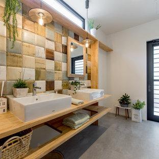 大阪のインダストリアルスタイルのおしゃれなトイレ・洗面所 (オープンシェルフ、白いキャビネット、白い壁、コンクリートの床、ベッセル式洗面器、木製洗面台、茶色い床、ブラウンの洗面カウンター) の写真