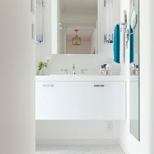 東京23区のコンテンポラリースタイルのおしゃれなトイレ・洗面所 (フラットパネル扉のキャビネット、白いキャビネット、白い壁、オーバーカウンターシンク、白い床) の写真