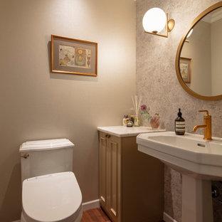 東京23区のヴィクトリアン調のおしゃれなトイレ・洗面所 (落し込みパネル扉のキャビネット、茶色いキャビネット、マルチカラーの壁、無垢フローリング、コンソール型シンク、茶色い床) の写真