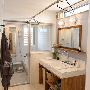 Esempio di un bagno di servizio moderno con pareti multicolore e pavimento beige