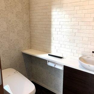 Diseño de aseo minimalista, de tamaño medio, con paredes grises, suelo de contrachapado y suelo marrón