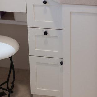 Пример оригинального дизайна: маленький туалет в стиле шебби-шик с фасадами островного типа, белыми фасадами, розовой плиткой, стеклянной плиткой, розовыми стенами, полом из винила, врезной раковиной, столешницей из искусственного камня и бежевым полом