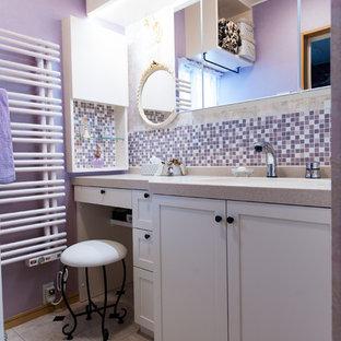 Свежая идея для дизайна: туалет в стиле шебби-шик с фасадами с утопленной филенкой, белыми фасадами, фиолетовыми стенами, разноцветным полом, розовой плиткой, плиткой мозаикой, врезной раковиной, столешницей из искусственного камня, бежевой столешницей, потолком с обоями и обоями на стенах - отличное фото интерьера