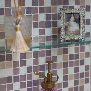 На фото: маленький туалет в стиле шебби-шик с фасадами островного типа, белыми фасадами, розовой плиткой, стеклянной плиткой, розовыми стенами, полом из винила, врезной раковиной, столешницей из искусственного камня и бежевым полом с