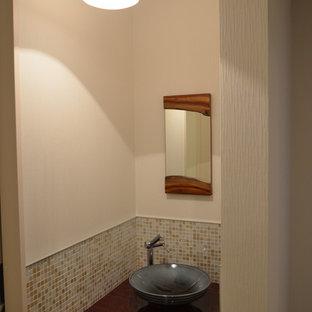 Стильный дизайн: туалет в восточном стиле с фасадами с декоративным кантом, светлыми деревянными фасадами, разноцветной плиткой, плиткой мозаикой, белыми стенами, полом из фанеры, настольной раковиной, столешницей из искусственного камня, коричневым полом и красной столешницей - последний тренд